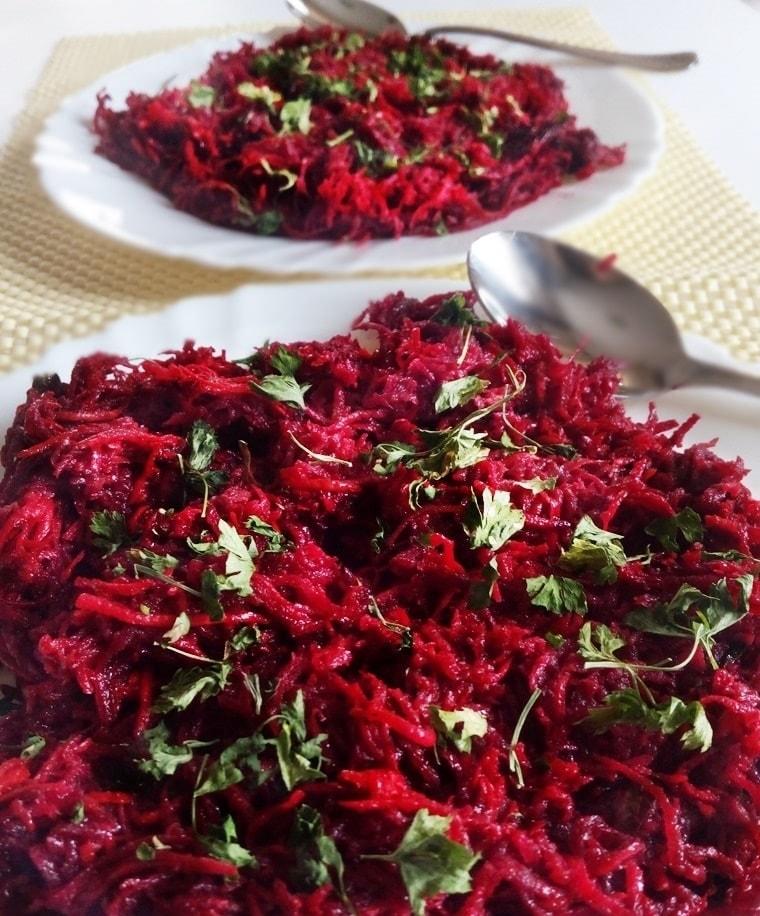 Салата от червено цвекло, моркови и целина