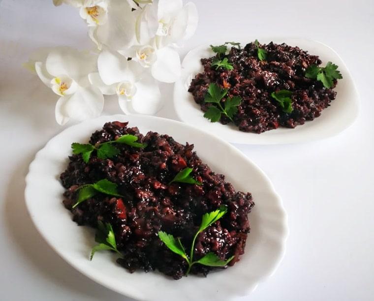 черният ориз разпределен в чинии
