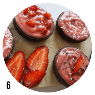 Чоколадови мъфини с ягодов крем