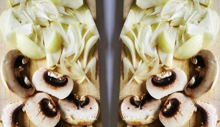 пъстри пролетни рулца - нарязани гъби и лук