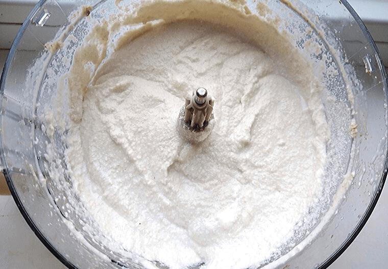 Веган чийзкейк с горски плодове без печене - пасирани съставки за белия крем