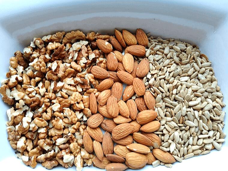 Веган чийзкейк с горски плодове без печене - суровите ядки и семена за основата