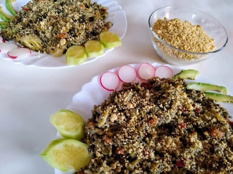 Запеканка с броколи и веган пармезан, сервирана в две чинии