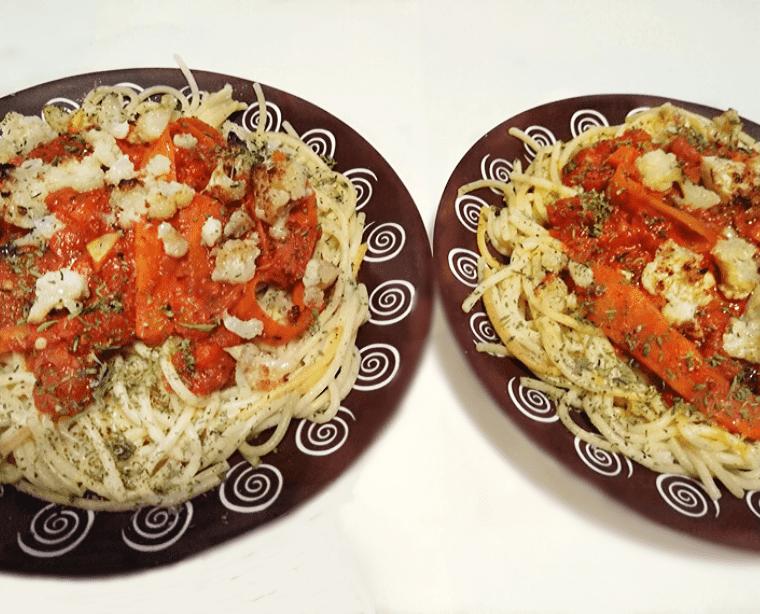 3-цветни спагети с хрупкав карфиол - сервирани на масата