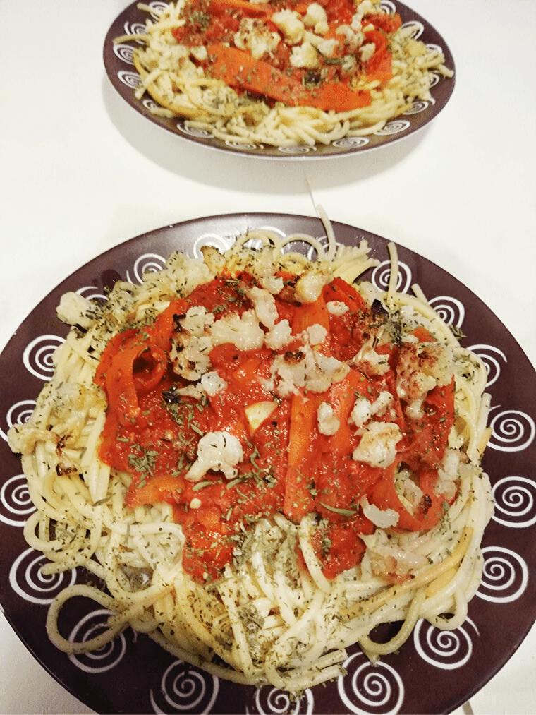 3-цветни спагети с хрупкав карфиол - сервирани на масата, поглед отгоре