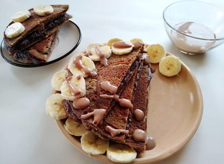сервирани за закуска палачинки с банан и какаов сусамов тахан