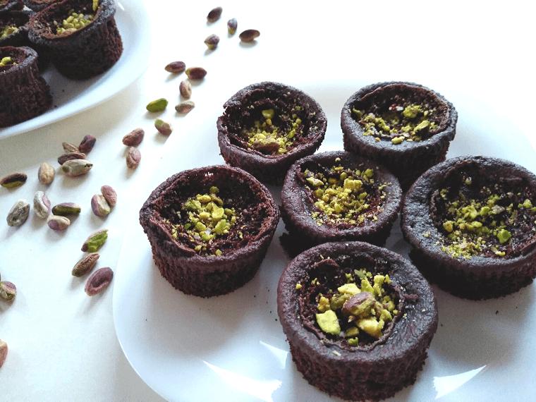 Веган шоколадови мъфини с овесено брашно - сервирани в чинийка