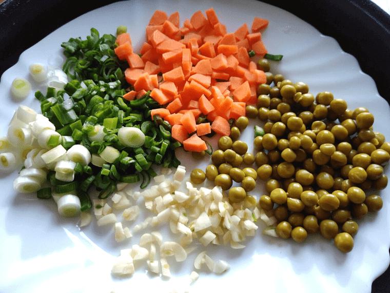 Ориз със зеленчуци - чесън, зелен лук, грах и морков