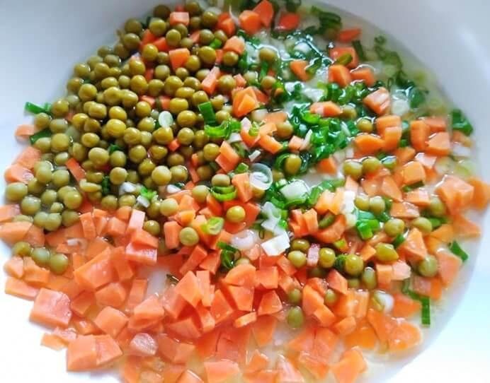 Ориз със зеленчуци - чесън, зелен лук, грах и моркови са в тигана