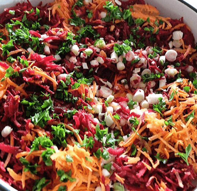 Свежа салата с цвекло, моркови и праз