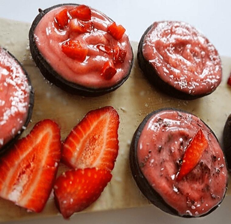 Шоколадови мъфини с ягодов крем