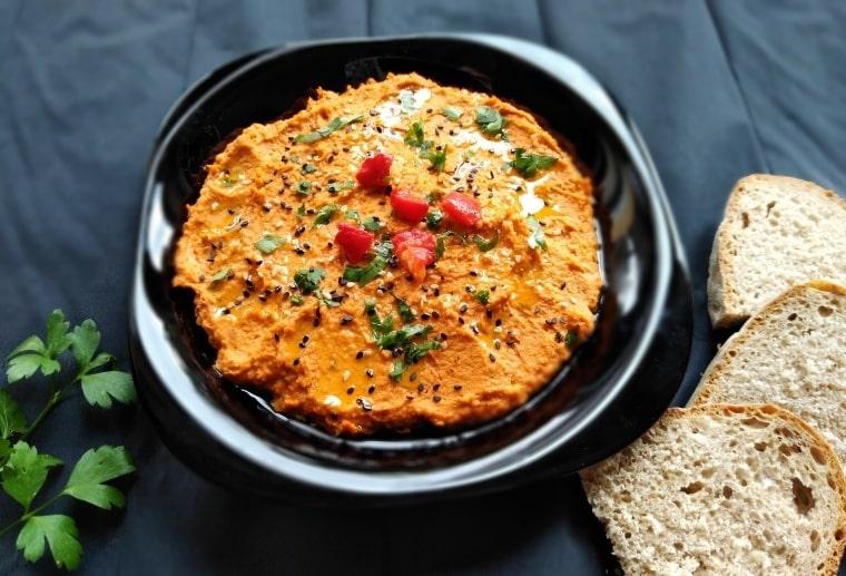 хумус от нахут и червени чушки - сервиран и готов