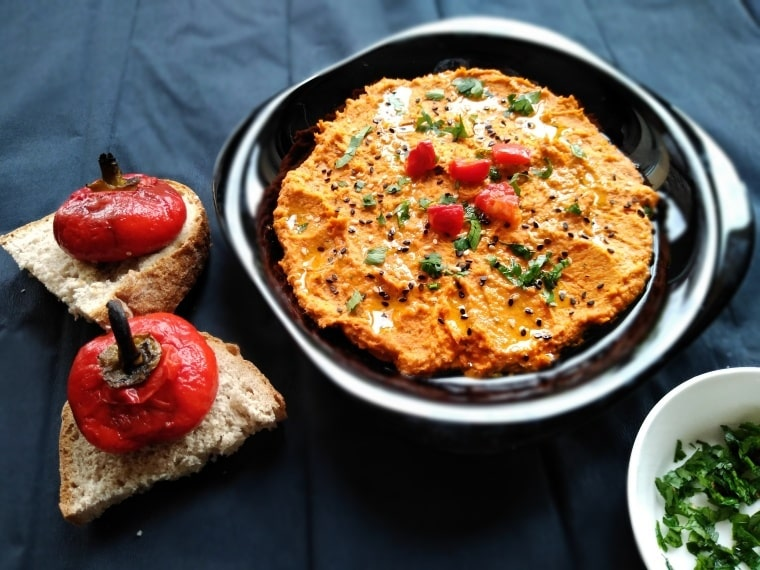Хумус от нахут и червени чушки