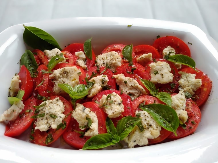 Веган салата Капрезе – ароматна и апетитна