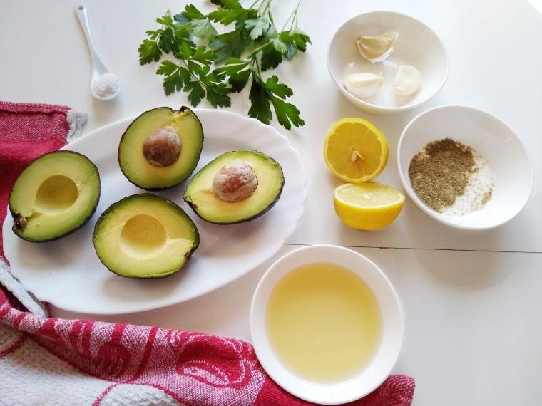 съставки за приготвяне на сос Айоли от авокадо