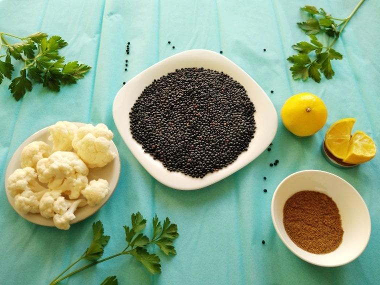 съставки за приготвяне на ястие с печен карфиол и черна леща