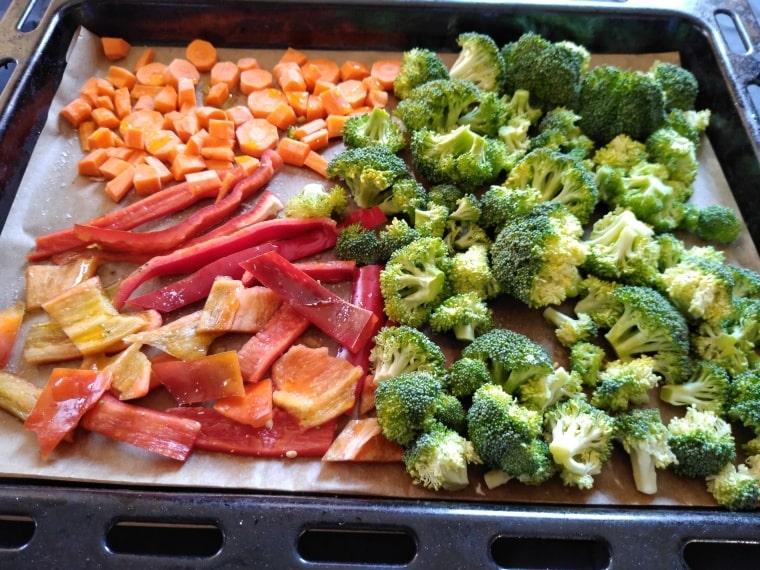 запичане на морковите, чушките и розичките броколи