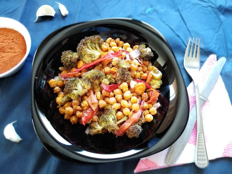 салата от печен нахут и броколи - готово ястие