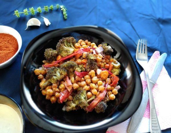 салата от печен нахут и броколи - готовото ястие