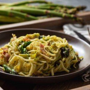 Спагети с босилек, веган наденички и аспержи