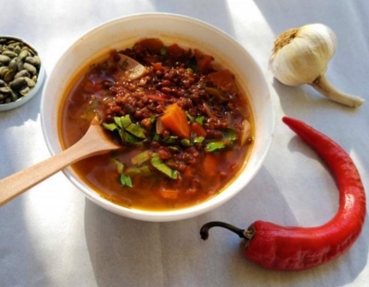 Топла супа от черна леща и домати