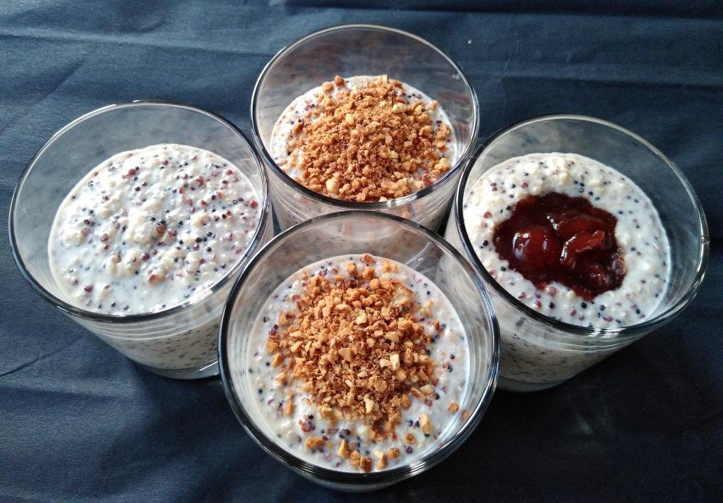 киноа пудинг с печени бадеми сервиран в чашки