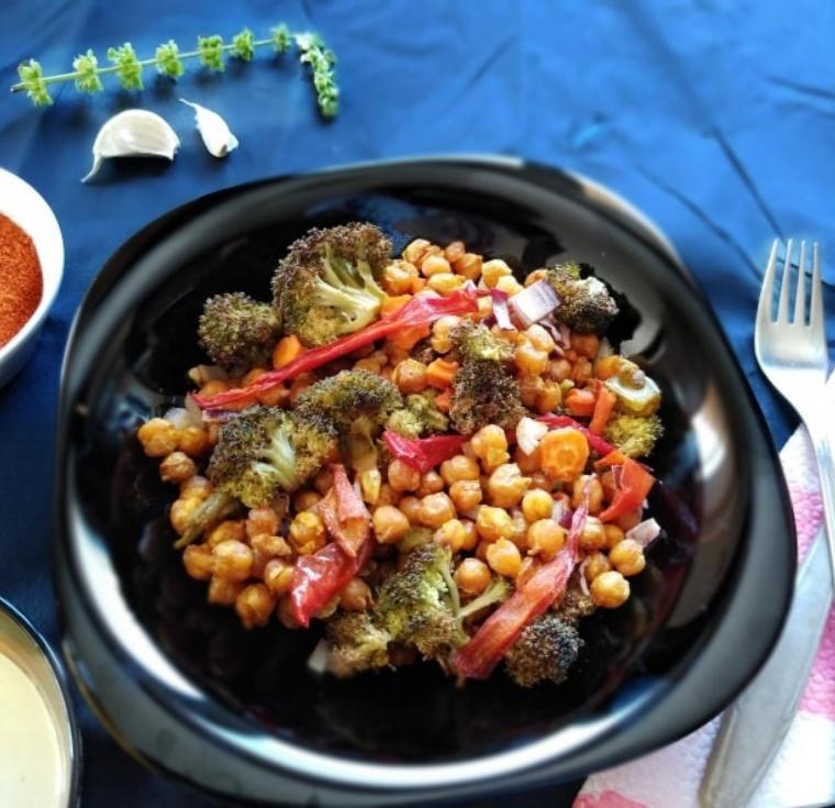 вкусна салата от печен нахут и броколи